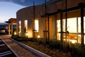 型待合室部分はラスモルタル下地リシン吹付 植栽ライトアップ