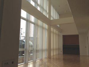 医院の待合室 開放感のある吹抜、上部の縦型ブラインドは電動で開閉します