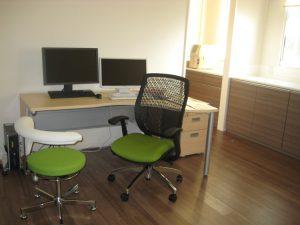 自然光で明るい診察室 木目調のビニール床タイル 木目調の家具