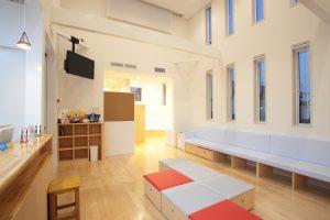 天井の高い待合室 収納付きの待合椅子