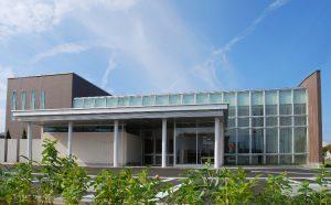 鉄骨造の医院 カーテンウォールとタイルの組み合わせが特徴のシンプルな箱型の建物です