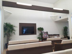 壁掛けテレビを設置したニッチ 化粧梁に設置したLEDライト