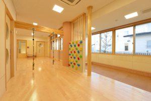 乳児園の保育室 ボルダリングやターザンロープ、登り棒など遊ぶしかけが沢山あります