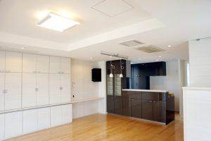 白い木目の造り付け壁面収納家具のあるリビングダイニングキッチンです
