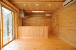 床・壁・天井全て木板張りのリビングです