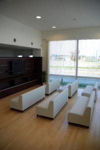 土足の待合室 壁掛けテレビとマガジンラックを合わせた家具
