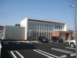 鉄骨造 医院 カーテンウォールとジョリパット塗りの箱型建物