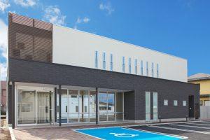 鉄骨造の医院併用住宅 2トーンの外観仕上げの下部医院部分は凹凸のあるタイル貼を採用しました