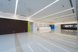 ネッツトヨタ山形の南陽店 ショールームは間接照明やライン照明、床のセラミックタイルが展示する車をより輝かせます