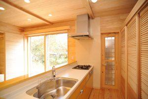 キッチン 木製ガラリ戸