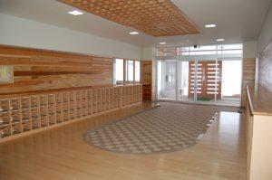 エントランスホールやお遊戯室は杉板張り、保育室や廊下腰壁に全てシナ合板を貼る等してどこでも木を感じられます