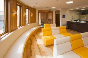 丸い形に合わせた造り付けのソファーのある待合室です