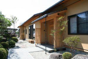 和風庭園 玄関アプローチ 瓦屋根