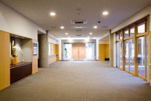 特別養護老人ホームのエントランスホール デイサービス部分と入口を共用した配置になっております