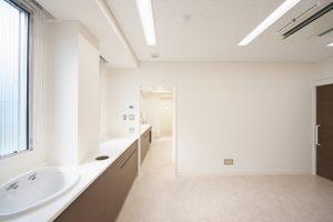 白く明るく清潔感のある診察室です