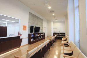 天井が高く開放感があります 小上りの空間があったり、たくさん本棚がある待合室です