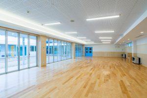 保育室 シナ合板 フローリング 間接照明