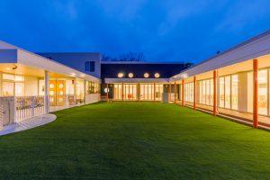 コの字型 中庭 人工芝 温白色 保育園